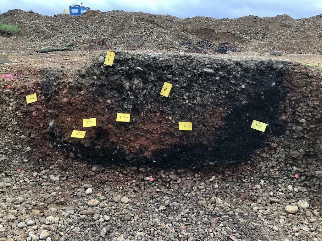 Allensbach - przekrój jamy (Brandgrube), w której znaleziono nadpalone kości ludzkie. Kreisarchäologie Landratsamt Konstanz, Fot. Jürgen Hald.